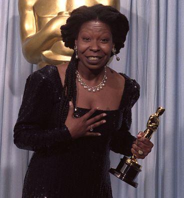 Whoopi Goldberg: Asıl adı Caryn Johnson olan 'Yırtık Rahibe' Whoopi Goldberg, hem bir cenaze evinde makyajcı olarak çalışıyor, artan zamanlarında da inşaat işçisi olarak çalışıyordu.